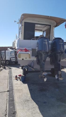Entretien moteur pour cet Antares 8 avec 2x150cv YAMAHA au port de Figueirette à Théoules-sur-mer
